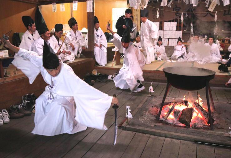 湯立て神楽で鈴を鳴らして「剣の舞」を踊る生徒たち=22日午後1時48分、飯田市南信濃