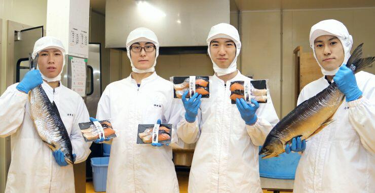 鮭の魚醬を使った塩引き鮭を作った海洋高校の生徒=糸魚川市
