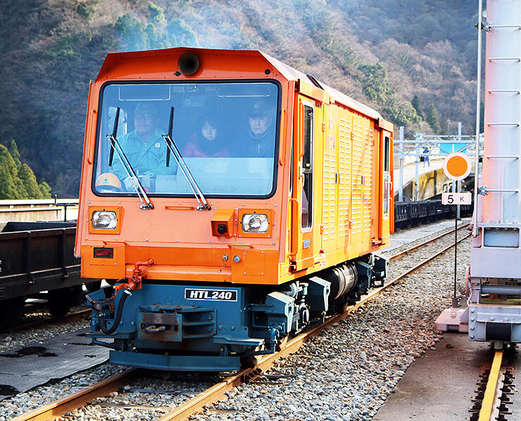 西村さん(車内右)が運転するディーゼル機関車
