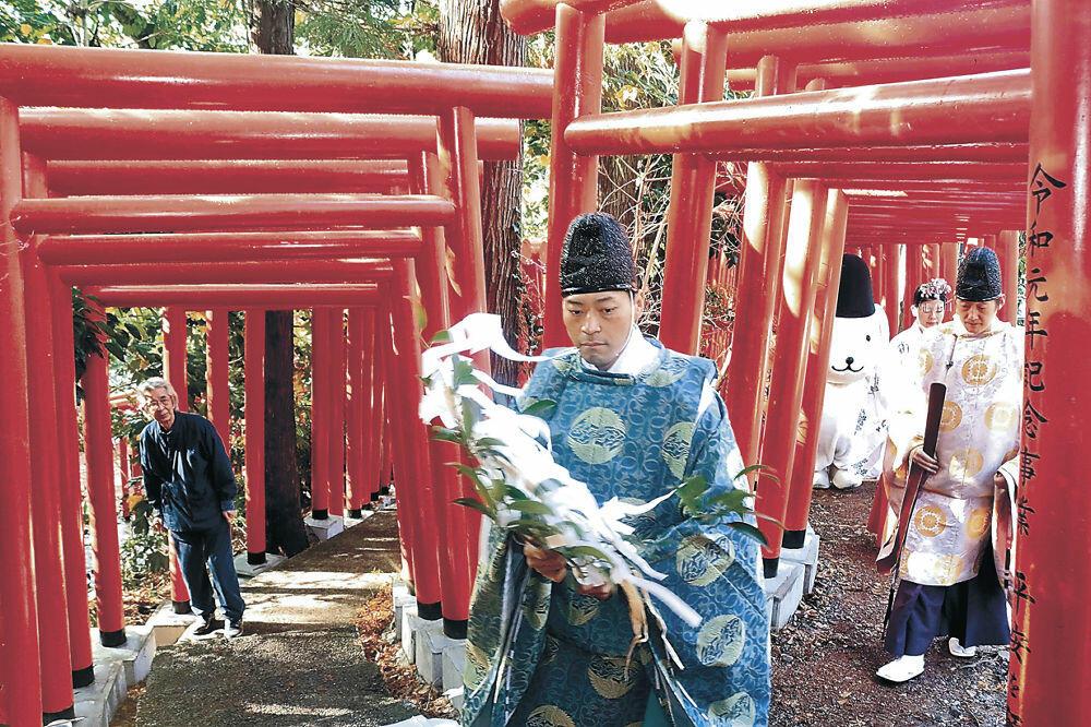 完成した「101鳥居」で渡初めを行う神職=本多町3丁目の石浦神社