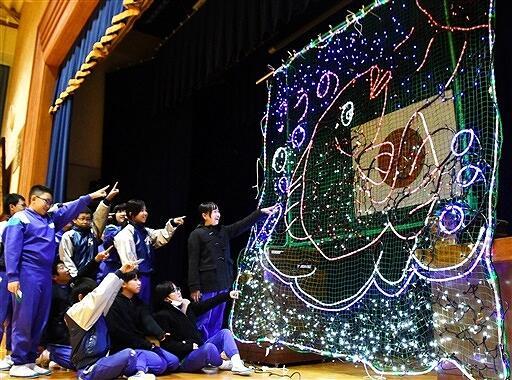 魚や荒波など、河野の海を表現した児童製作のイルミネーション=12月23日、福井県南越前町河野小