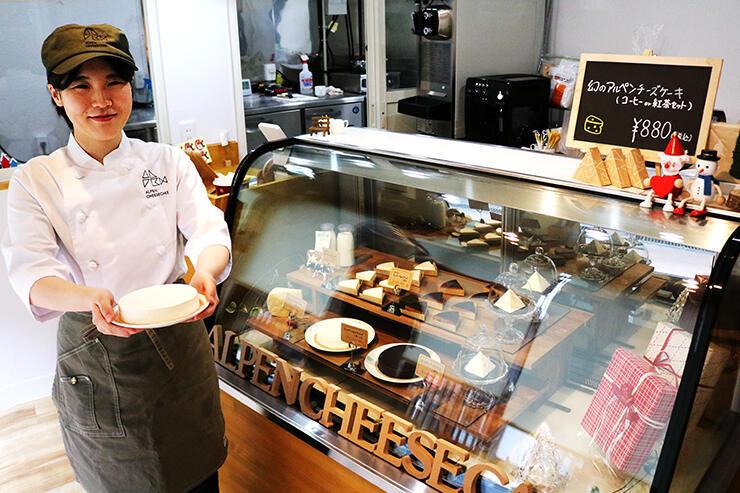 プレオープンした店内で「アルペンチーズケーキ」を紹介するスタッフ