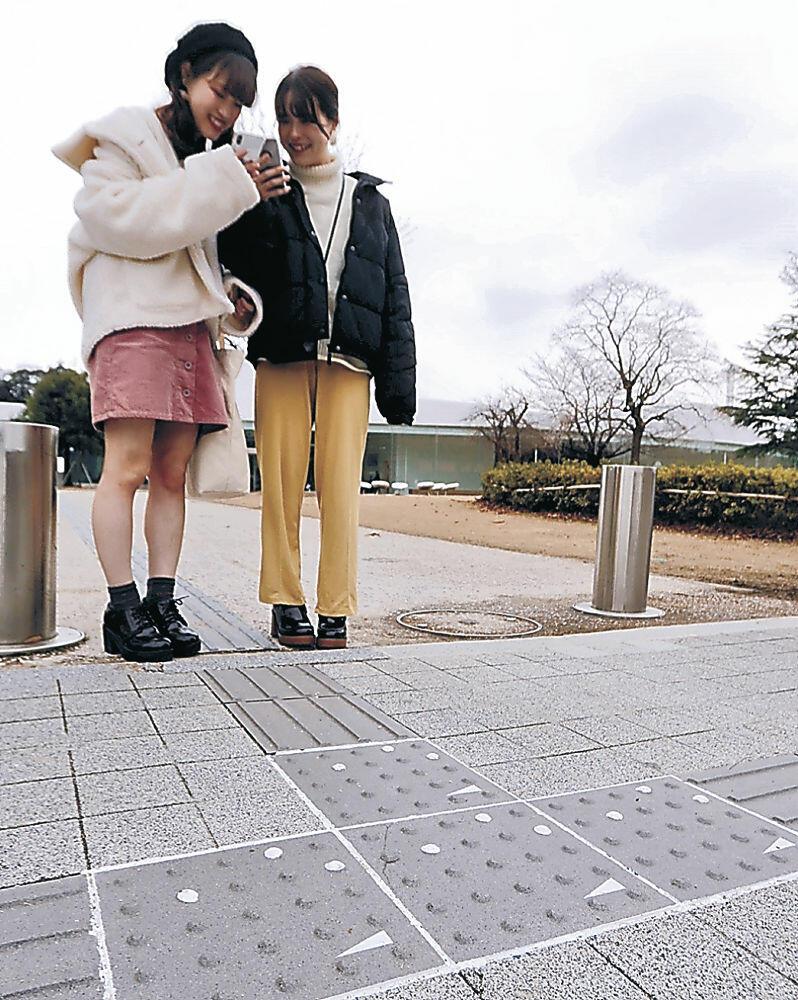 コードを読み取ると観光情報を表示できる点字ブロック=金沢21世紀美術館前