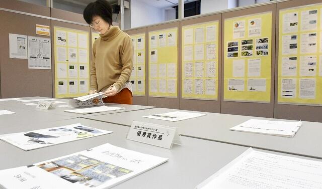 研究成果が並ぶ県小・中学生科学アカデミー賞の優秀作品敦賀展=12月24日、福井県敦賀市本町2丁目のげんでんふれあいギャラリー