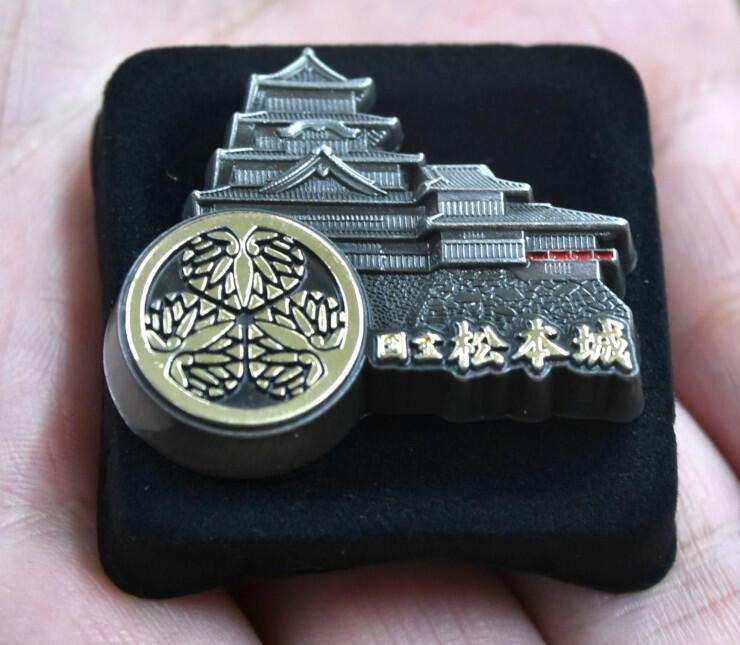 松平氏の家紋が入った松本城のピンバッジ
