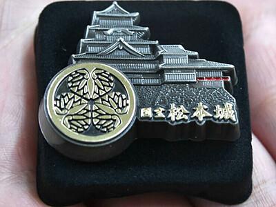 正月も松本城へ 恒例の城主家紋入りピンバッジ配付