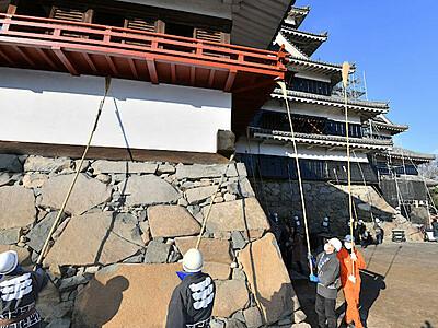 良い年を願い恒例すす払い 松本城と善光寺