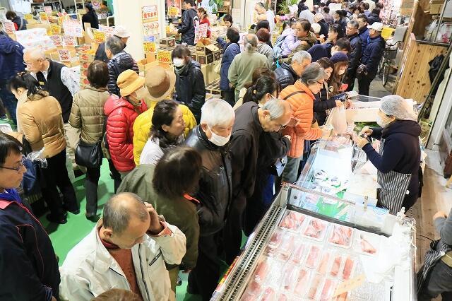 年末年始用の食材を買い求める家族連れらでにぎわう「ふくい鮮いちば」の歳末大市=12月28日、福井県の福井市中央卸売市場