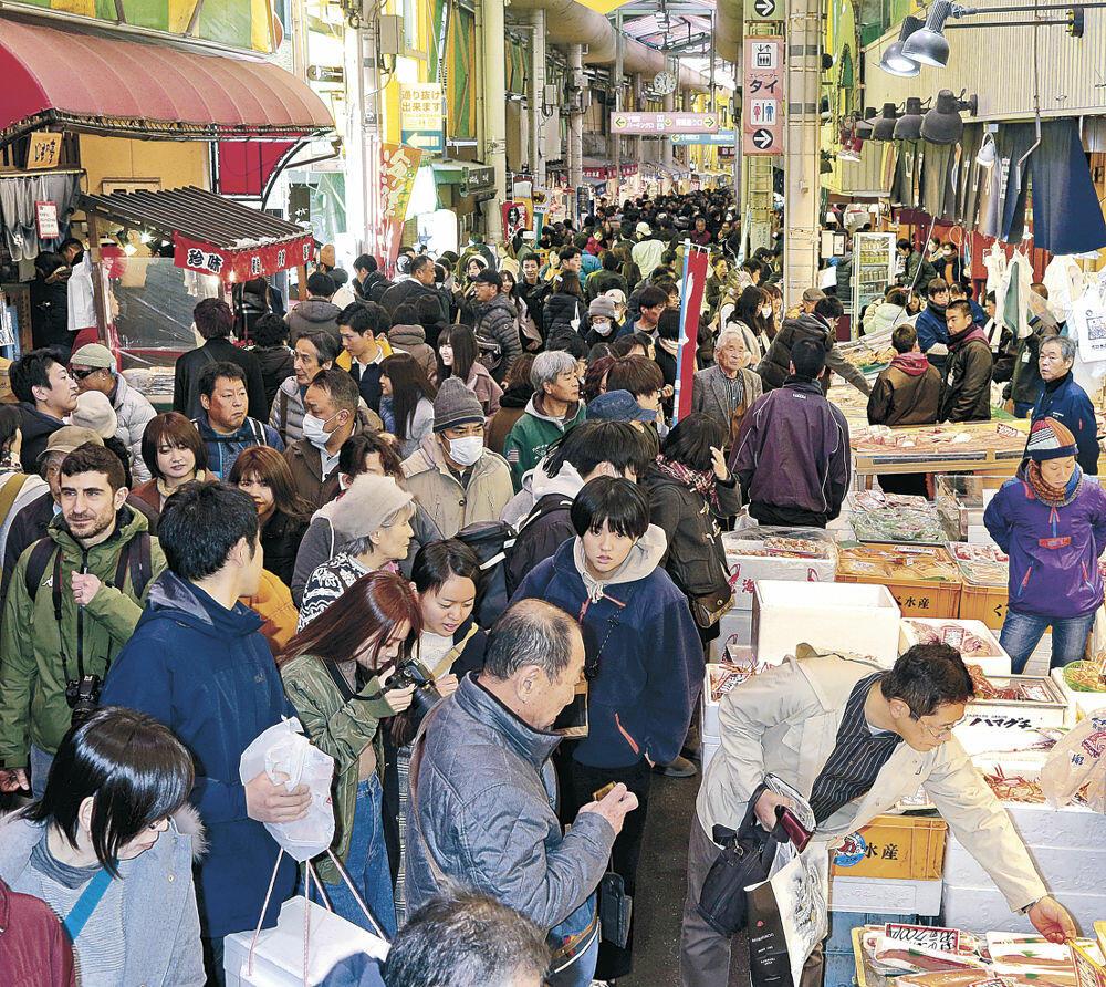 正月準備の買い物に訪れた人でにぎわう場内=金沢市の近江町市場
