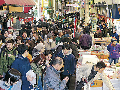 近江町市場、人の波 正月用品買い求め