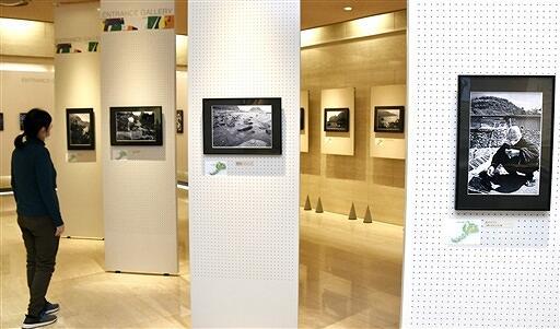 越前海岸の住民の暮らしが記録された作品約30点が並ぶ写真展=12月27日、福井県福井市の県立歴史博物館