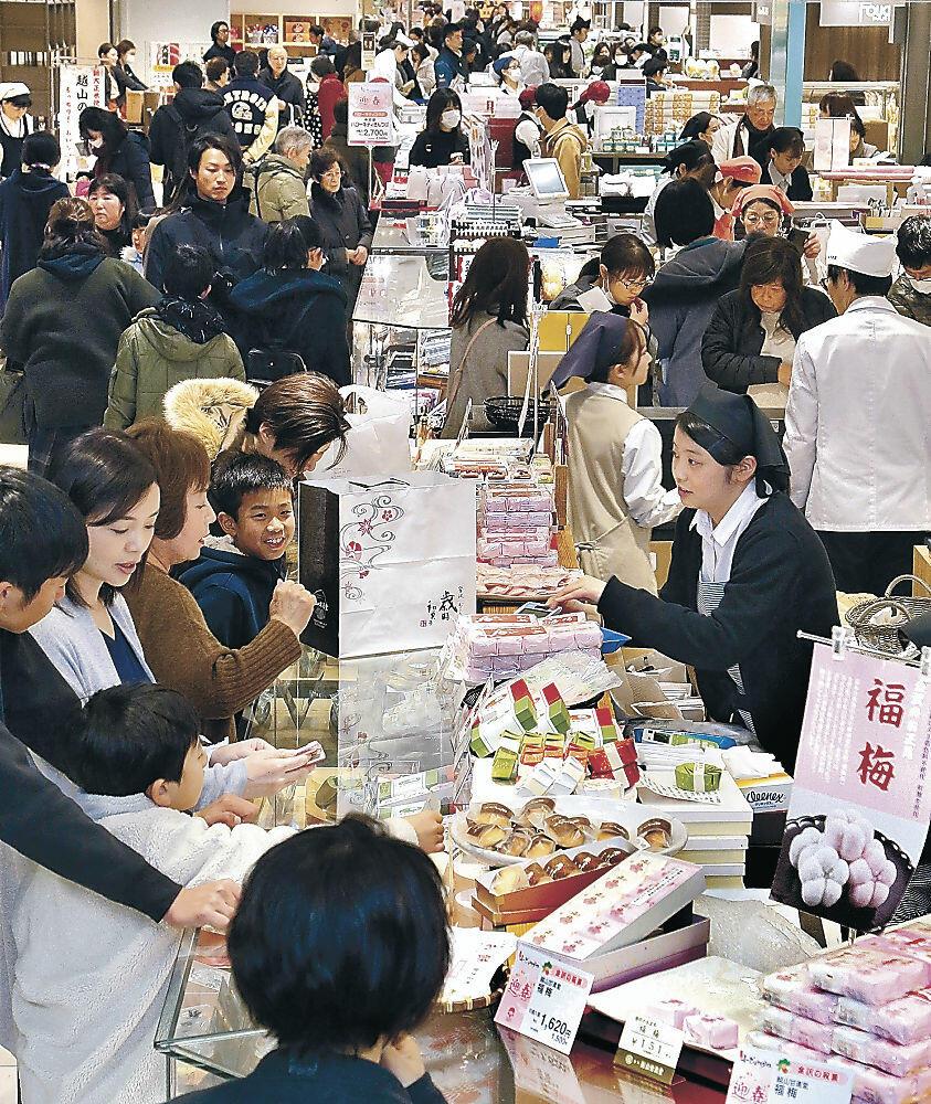 大勢の来店客でにぎわう菓子売り場=金沢市内の百貨店