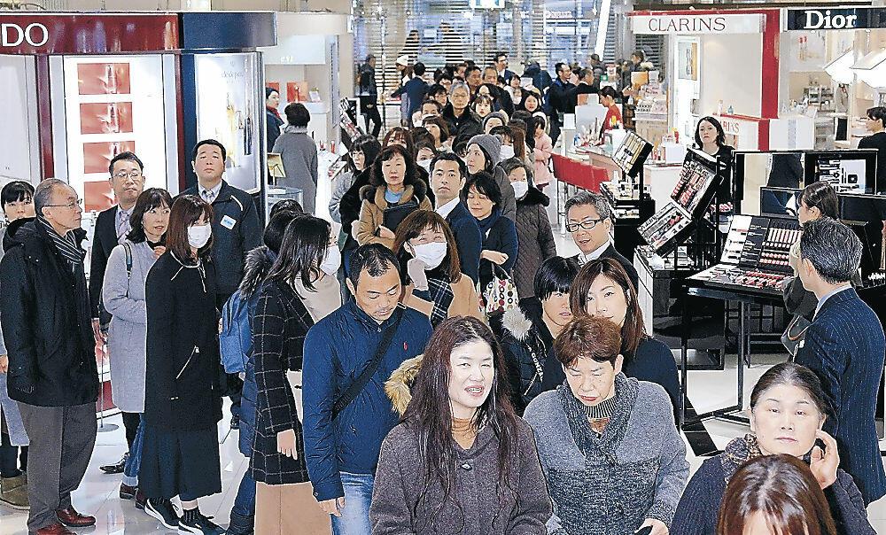 大勢の来店客でにぎわう売り場=金沢市の香林坊大和