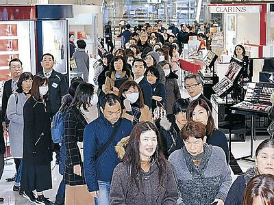 バーゲン待っていた 金沢、昨年並みの好調 増税で年末は買い控え