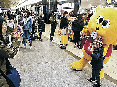 「ビーバー」求め長い列 金沢駅で北陸製菓が「白えび味」販売イベント