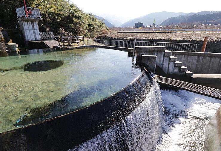 国が登録有形文化財にする東山円筒分水槽。魚津市は隣接地(右奥)での小規模公園整備を計画している