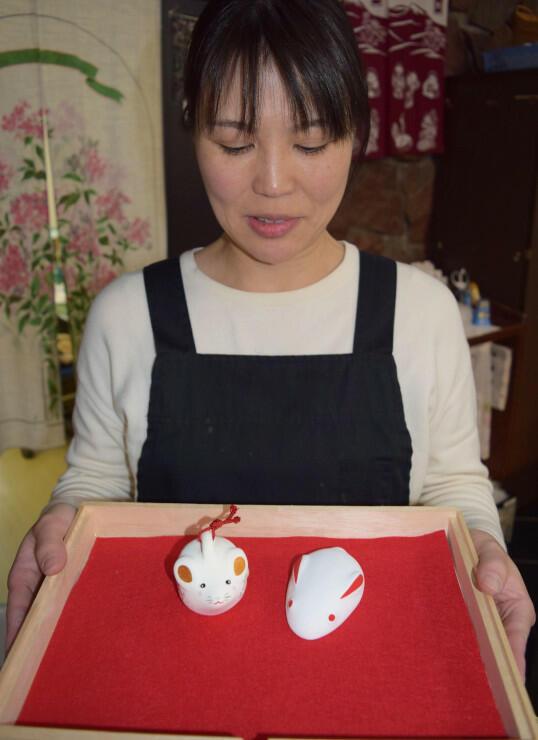 日本土人形資料館でプレゼントしている願い兔(右)と福ねずみの土鈴