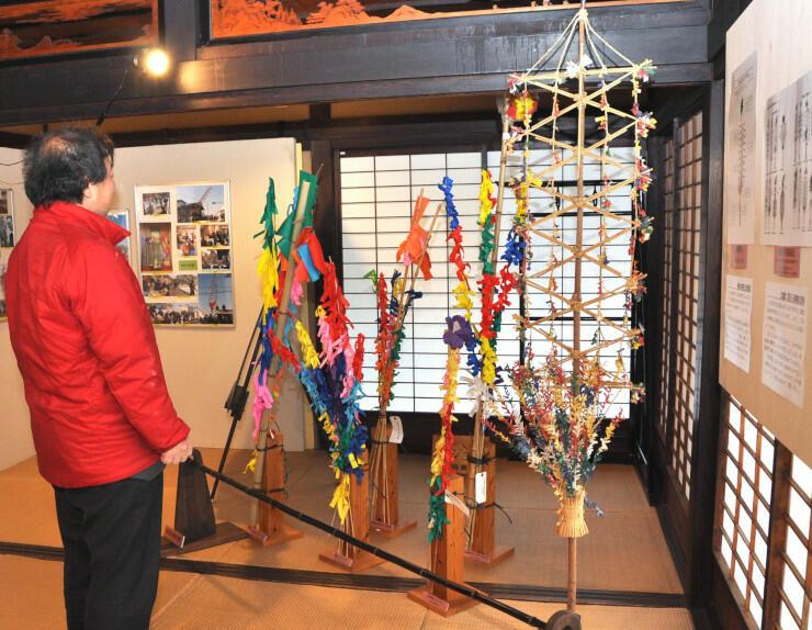 展示されている御柱の模型(右)やおんべ
