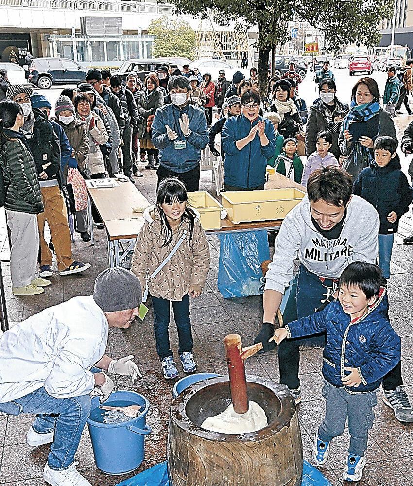 餅つきを体験する買い物客=金沢市の近江町市場
