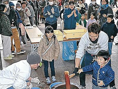 金沢市民の台所、初売り活気 近江町市場