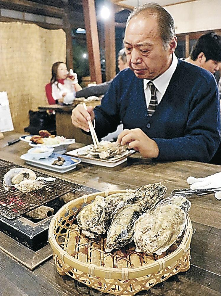 カキ料理を味わう来店客=七尾市中島町塩津