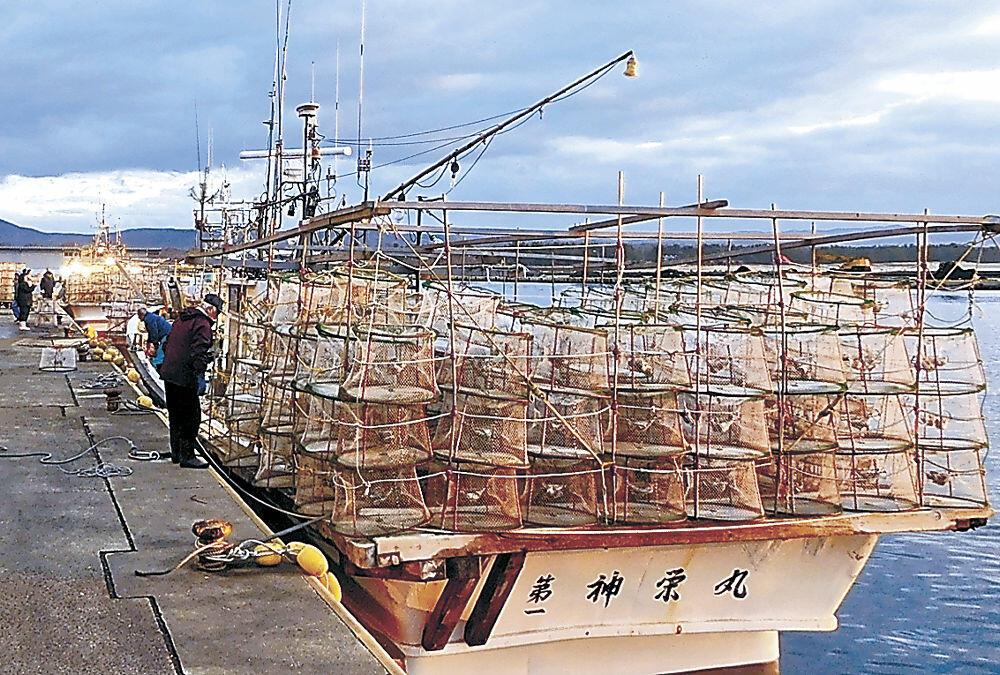かごを積んで出港する漁船=志賀町の富来漁港