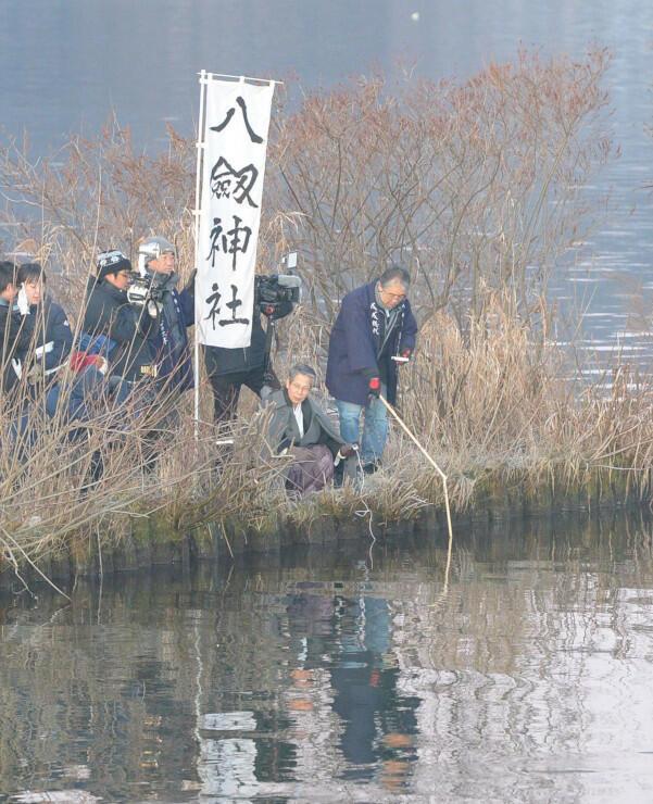 諏訪湖の観察を始めた宮坂宮司(右から2人目)と氏子総代ら=6日午前6時51分、諏訪市豊田