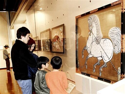 十二支の動物たちが描かれた絵馬などが並ぶ特別企画展=1月3日、福井県福井市の県立歴史博物館