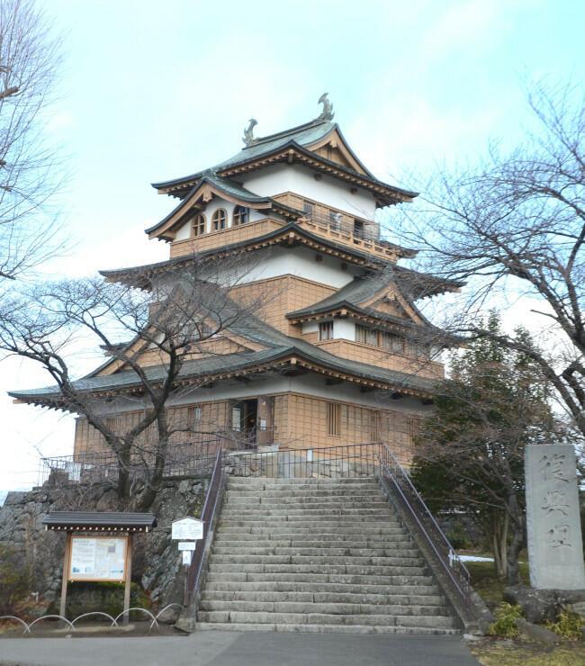 高島公園内にある高島城の天守閣。5月に復元から50周年を迎える