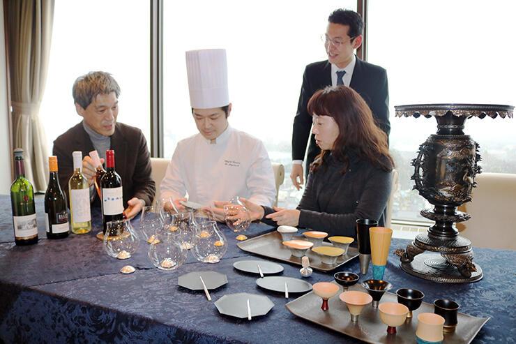 コラボレーション企画のディナーに向けて話し合うホテルと四津川製作所の社員ら