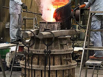 気持ち新たに「初吹き」 高岡・老子製作所で梵鐘鋳込み