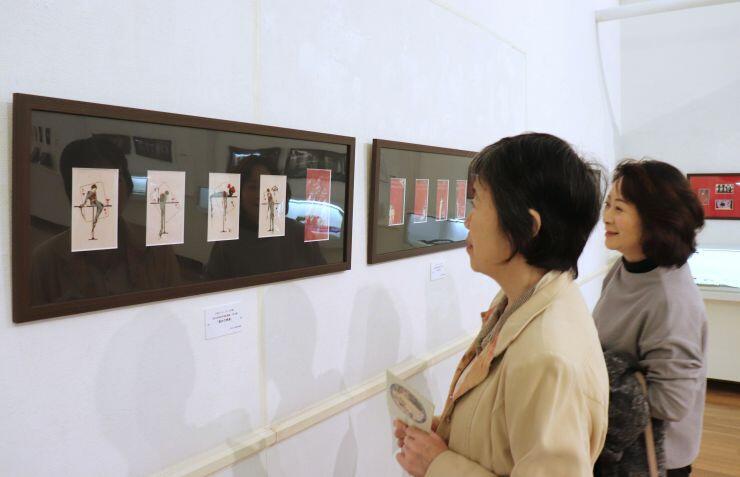 小林かいちの絵はがきや絵封筒が並ぶ展覧会場=新発田市の蕗谷虹児記念館