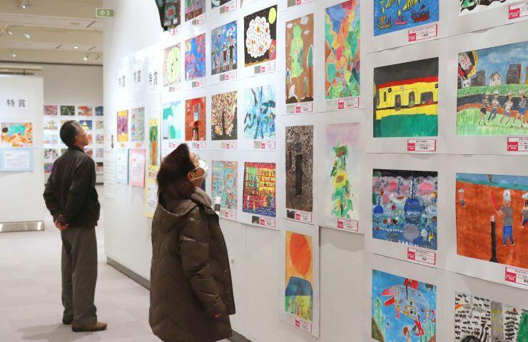 個性あふれる作品が並ぶ県ジュニア美術展覧会=8日、県立近代美術館