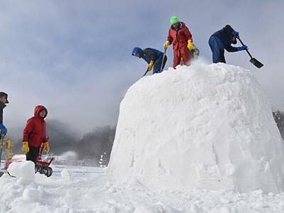 雪不足に負けず、かまくら造り 飯山「レストランかまくら村」