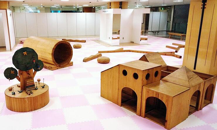 県産材遊具が置かれた子ども広場