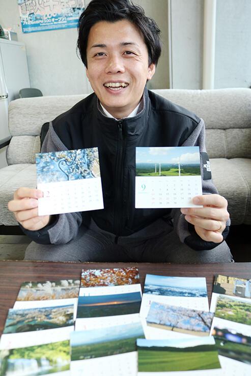 カレンダーを紹介する神島さん