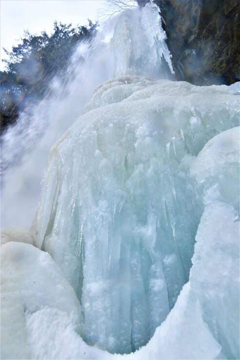 大きな氷が連なる善五郎の滝=松本市安曇