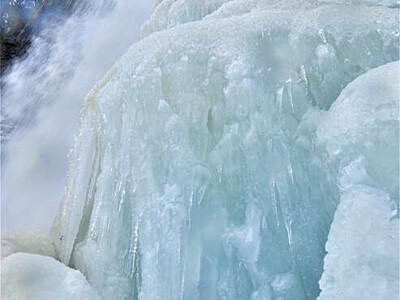 氷の造形「善五郎の滝」 乗鞍高原で勇壮に