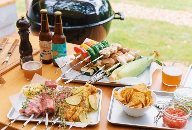 キャンプ場で楽しむバーベキューとビールのイメージ(タイニーガーデン蓼科提供)