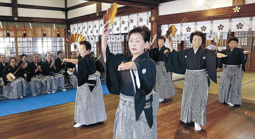 七尾まだらを奉納する会員=金沢市の尾山神社
