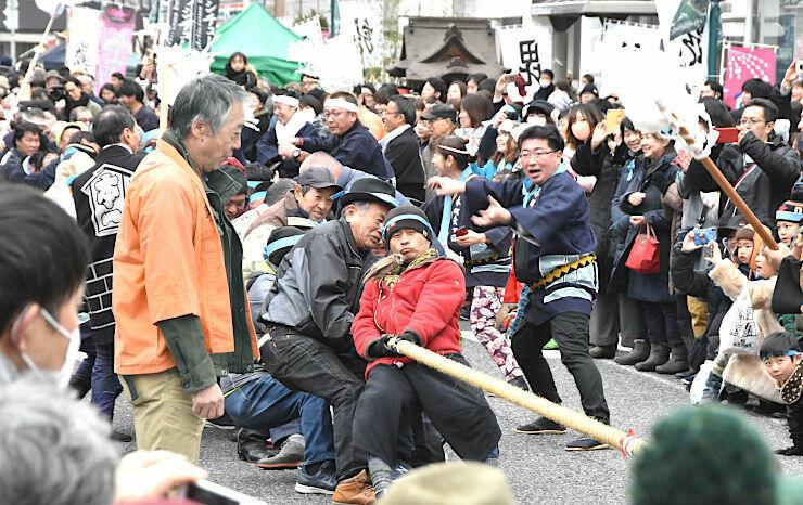 見物客も参加し、上杉軍と武田軍に分かれて綱引きをした塩取合戦
