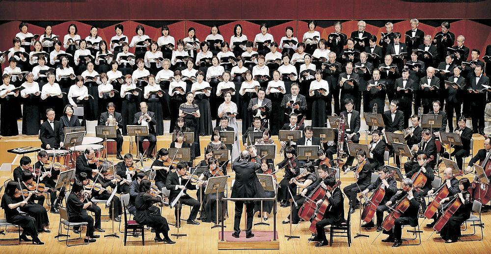 「荘厳ミサ曲」を響かせる出演者=県立音楽堂コンサートホール