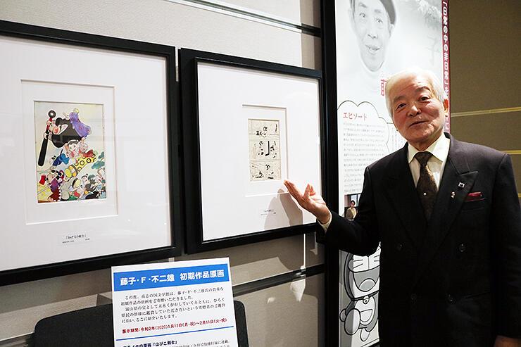 寄贈した原画を紹介し、「多くの人に見てほしい」と話す成瀬さん