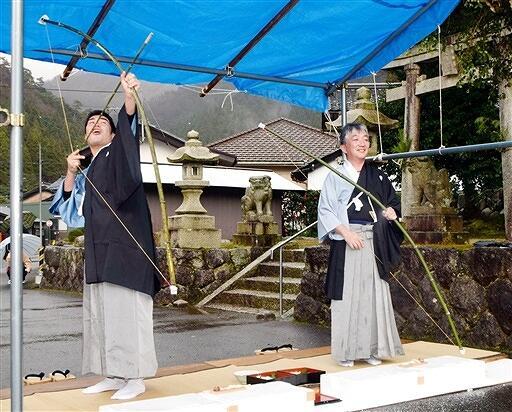 「やりましとー」の掛け声とともに力強く矢を放つ男性=1月13日、福井県美浜町新庄