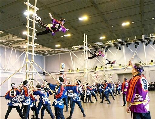 出初め式で、はしご乗りを披露するつるが鳶の隊員=1月13日、福井県敦賀市きらめきみなと館