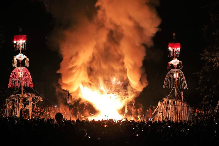 攻防の末に火が放たれた社殿が赤々と燃え上がり、クライマックスを迎えた「野沢温泉の道祖神祭り」=15日午後10時3分、野沢温泉村