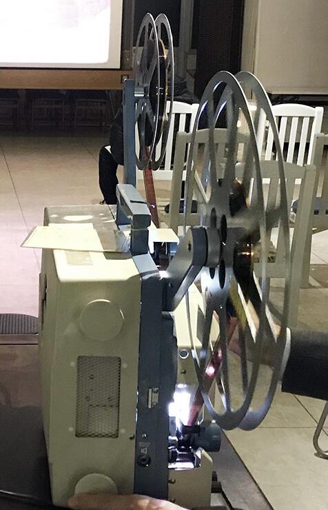 16ミリフィルムの映像を映し出す映写機
