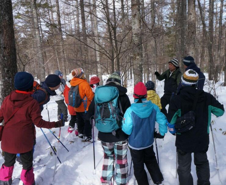 昨年2月に開いたスノーシューハイキング。参加者は霧ケ峰の雪質や動物について説明を受けた