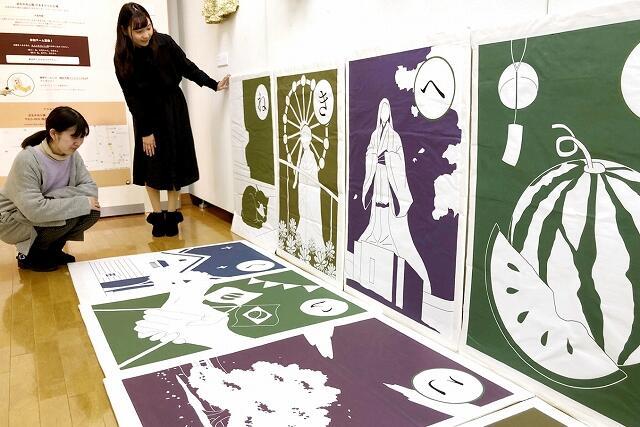仁愛大生の活動成果を紹介している制作展=1月16日、福井県越前市のふるさとギャラリー叔羅