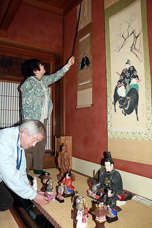 掛け軸や土人形などさまざまな天神様が並べられる高岡市土蔵造りのまち資料館